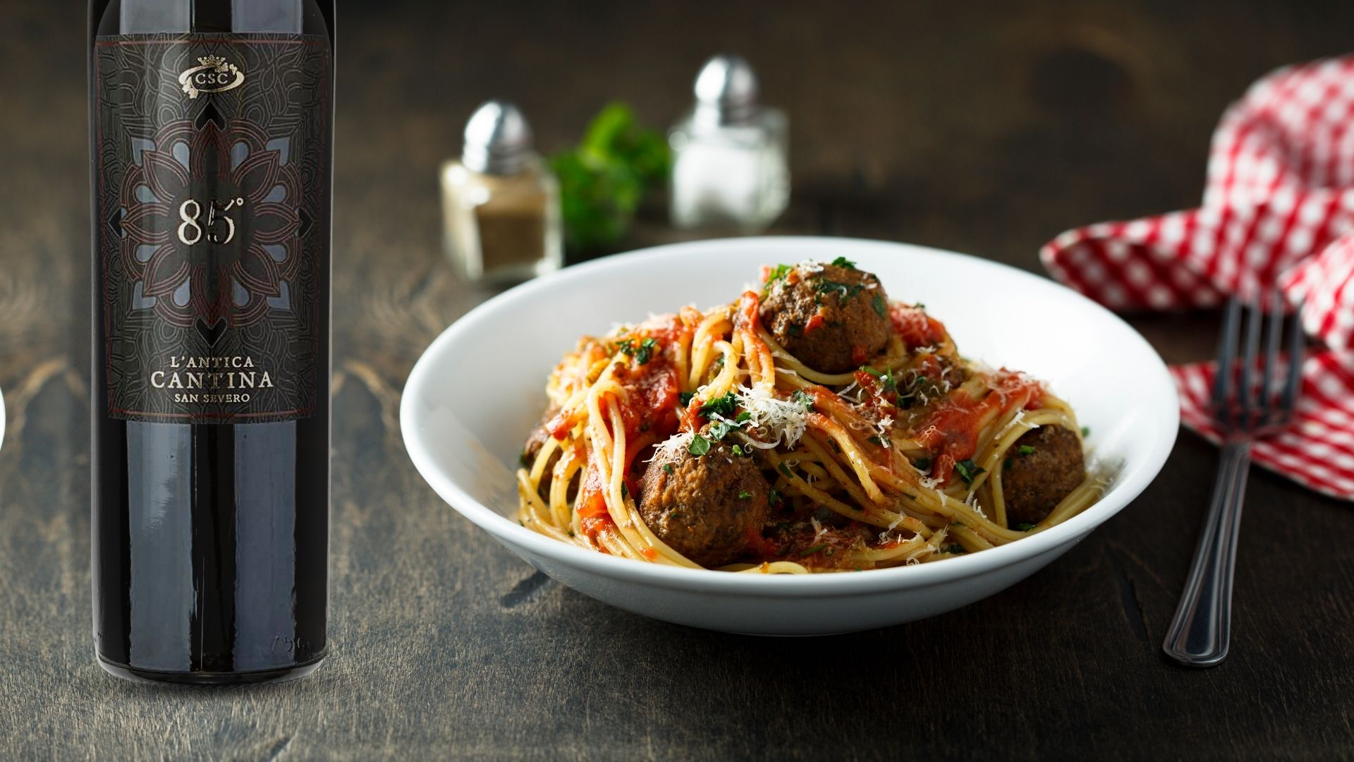 Spaghetti con polpette di carne servite con un ottimo vino rosso della nostra Cantina